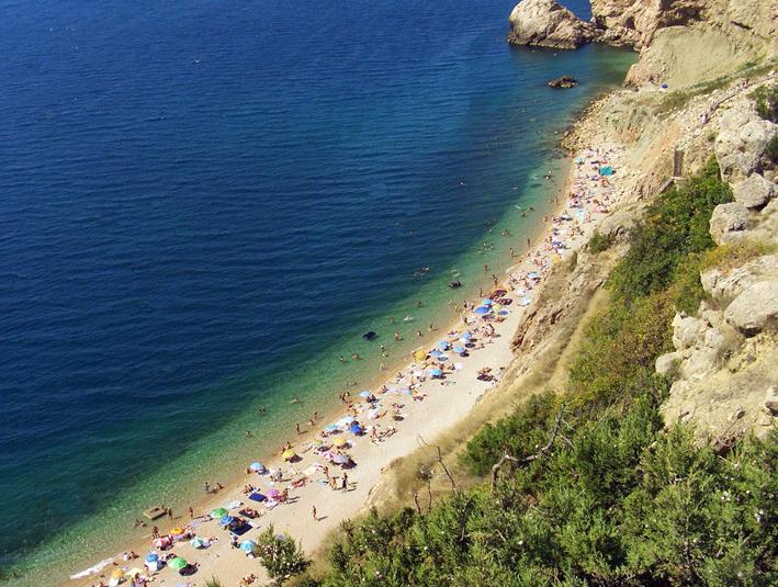 В Крыму очень много диких немноголюдных пляжей, где можно беспрепятственно купаться и отдыхать.