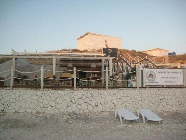 На берегу стоит небольшая кафешка с разливным пивом и всякими интересными вкусностями для любителей